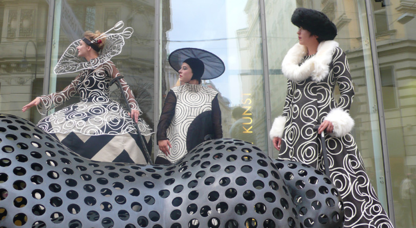 Cinzia Fossati | costumes | Haute couture on stilts | die Stelzer | Stiltwalkers