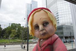 giant inflatable puppet | Cinzia Fossati | costumes | das Mädchen mit den Schwefelhölzern | director Benedikt von Peter | Oper Frankfurt