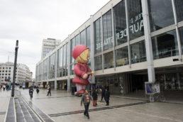 giant inflatable puppet   Cinzia Fossati   costumes   das Mädchen mit den Schwefelhölzern   director Benedikt von Peter   Oper Frankfurt